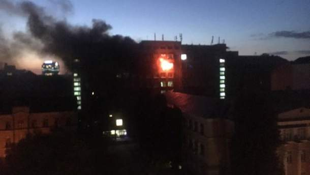 Спасатели обнаружили обугленное тело на месте пожара в киевском вузе