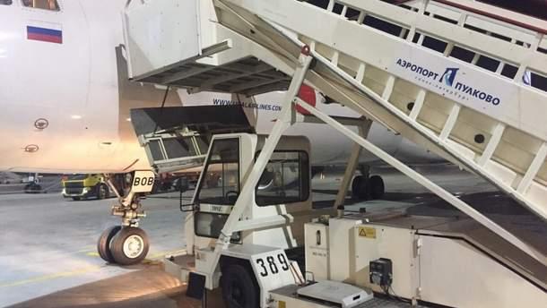 В аэропорту Петербурга обвалился трап