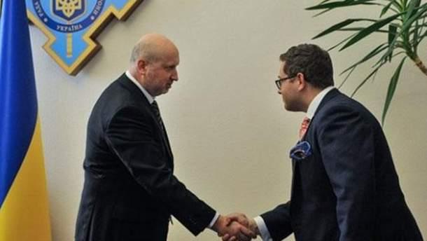 Турчинов рассказал Джошу Стайнману о кибератаках РФ на Украину
