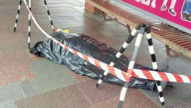 Біля метро в Києві помер чоловік