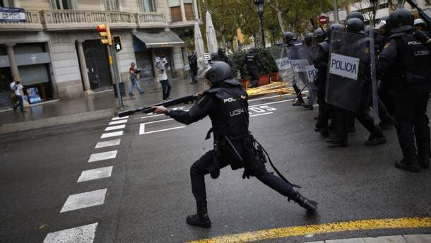 Испанские правоохранительные органы препятствуют проведению референдума в Каталонии