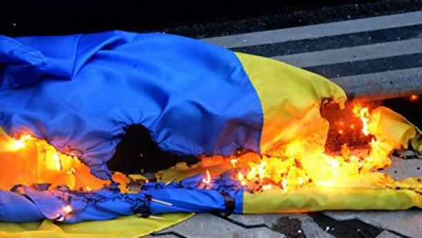 Неповнолітньому загрожує три роки тюрми за підпалення державного прапора