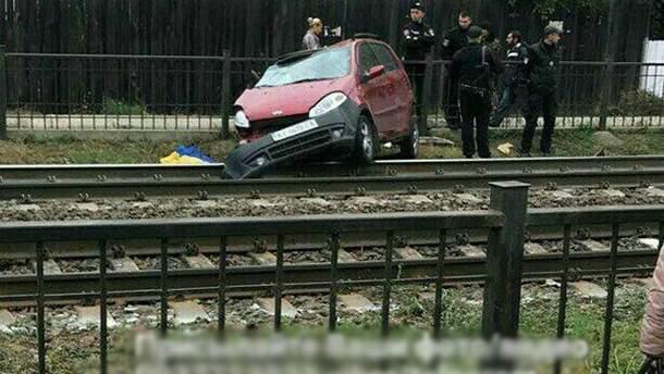 Под Киевом поезд протаранил авто