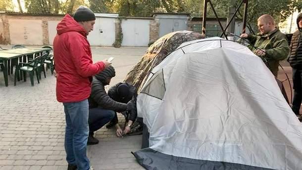 Мэр Ирпеня поселился в палатке под стенами Киевской прокуратуры