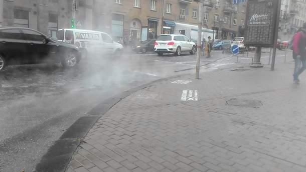 Ріка гарячої води тече вулицями Києва