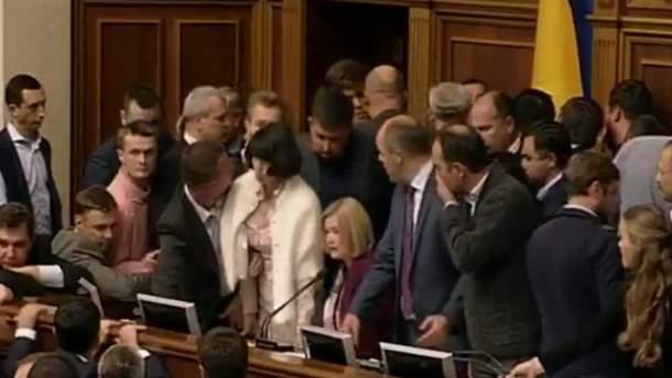 Нардепы заблокировали президиум Рады: Парубий объявил перерыв