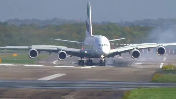 Самолет A380 авиакомпании Emirates во время приземления в аэропорту Дюссельдорфа