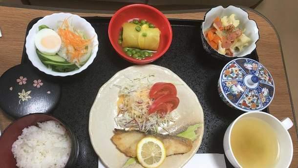 Тріска, салат з капусти, салат з макаронів, солодка картопля і горох, рис, зелений чай