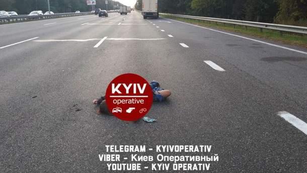 В Киеве женщина бросилась под колеса авто