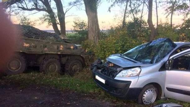 В Винницкой области БТР столкнулся с легковушкой