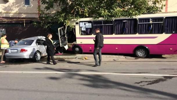 Під Одесою маршрутка врізалася в приватний будинок, внаслідок чого постраждало 5 осіб