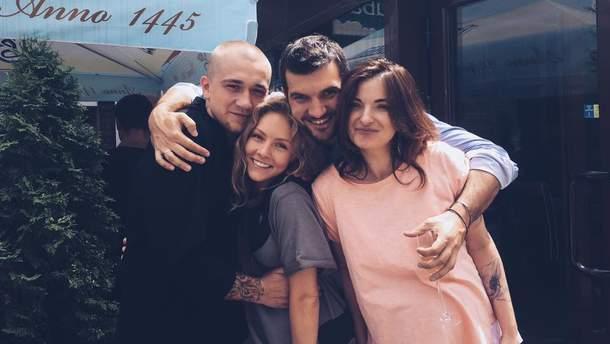 Олена Шоптенко з чоловіком та друзями