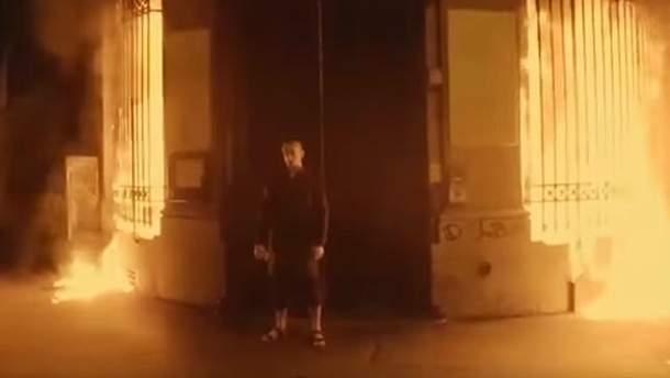 Петр Павленский поджег Банк Франции: видео