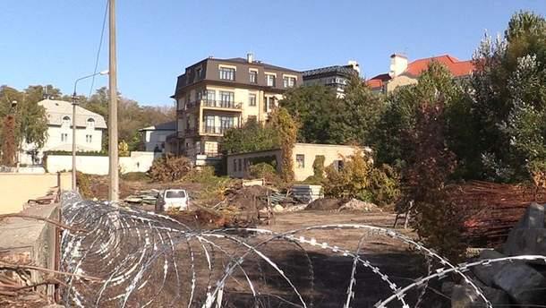 Земельный участок Порошенко огородили колючей проволокой