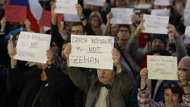 Чехи влаштували протест біля резиденції Земана