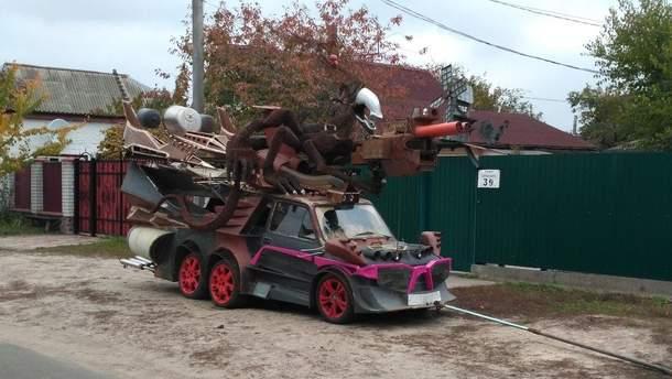 Автомобіль-чудовисько у передмісті Києва