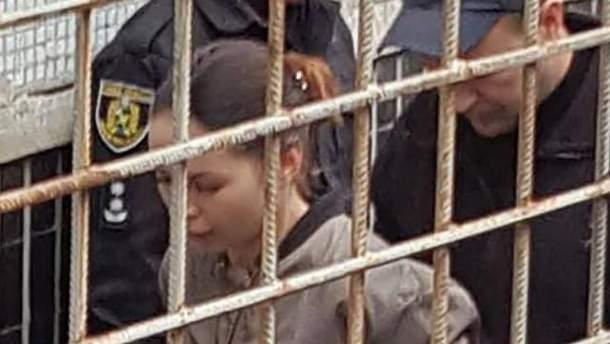 Олена Зайцева йде до зали суду
