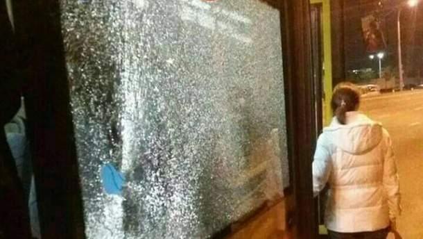 Неизвестные бросили камень в окно автобуса в Киеве