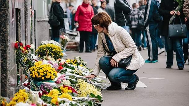 Цветы на месте трагедии в Харькове