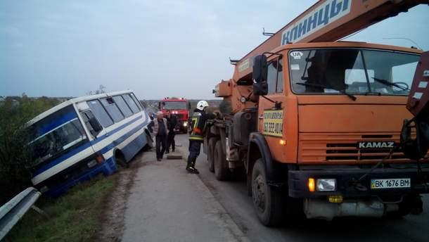 На Рівненщині автобус перекинувся з 29 пасажирами