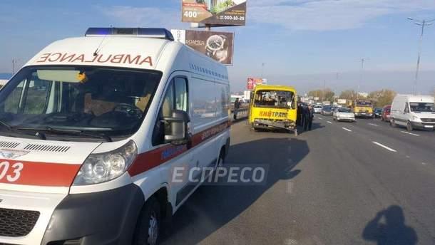 Маршрутка зіткнулась з вантажівками у Києві