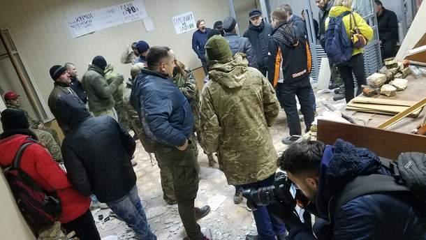 Розгромлена зала суду у справі над Коханівським