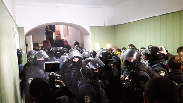 Опубліковано фото та відео штурму будівлі суду