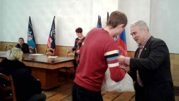 "В окупованому Донецьку шахтарів урочисто ""нагородили"" пакетами з їжею"