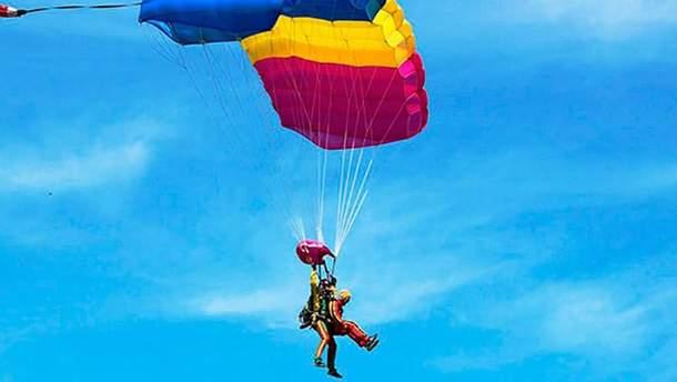 94-річна здійснила стрибок з парашутом