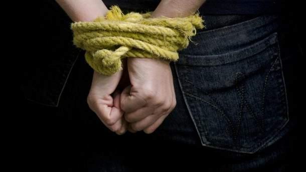 Группа мужчин издевалась над двумя подростками
