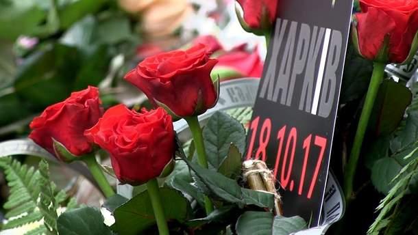 """ДТП у Харкові: до місця аварії нанесли """"гору"""" квітів"""