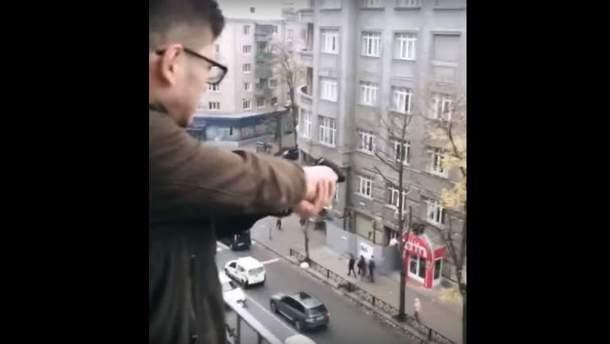 В Харькове парень открыл огонь по прохожим