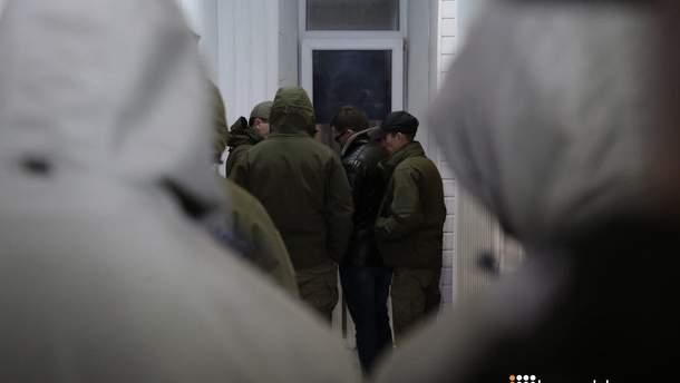 Затримання сина Авакова: до суду прибули невідомі молодики у формі та масках