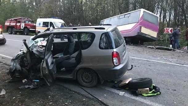 Рейсовий автобус потрапив у жахливу ДТП на Львівщині, 7 постраждалих