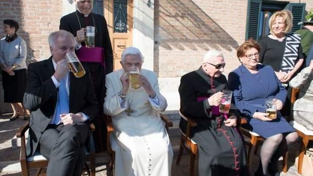 Папа Бенедикт XVI с бокалом пива