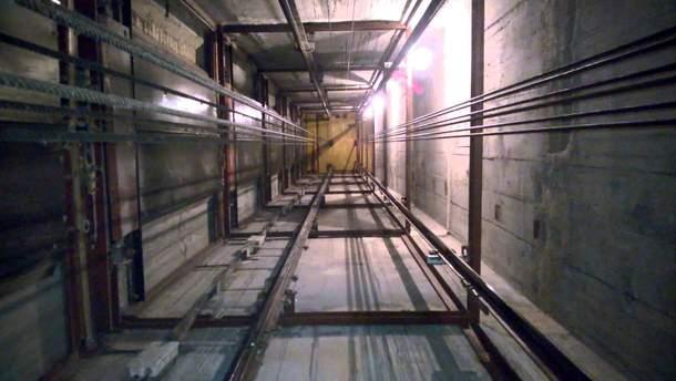 С 16 этажа дома в Киеве оборвался лифт с женщиной и ребенком внутри
