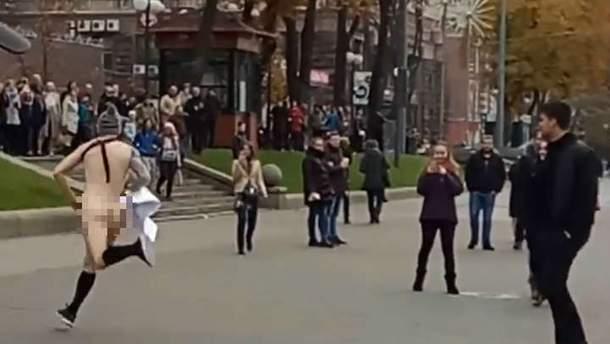 Мужчина голышом бегал по Киеву