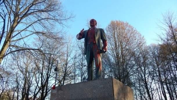 Памятник Ленину облили красной краской в России