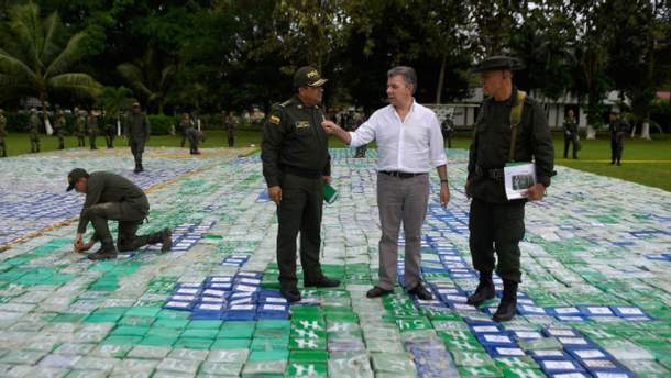 Партии наркотиков были спрятаны на четырех банановых фермах на северо-западе Колумбии.