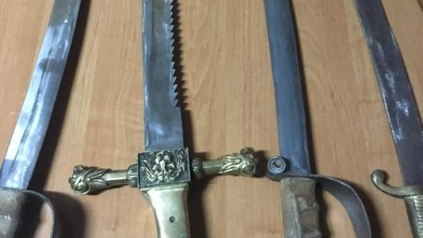 Росіянин намагався вивезти старовинну зброю