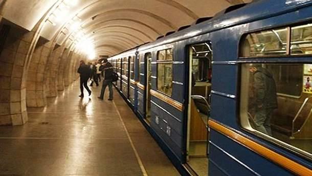У Києві помер чоловік, який стрибнув на колії метро
