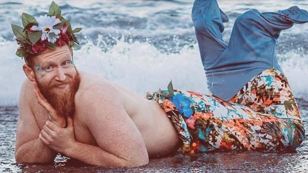 Календарь с бородачами в образах русалок