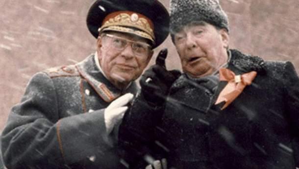 Брежнєв та Устинов на трибуні Мавзолею Леніна 7 листопада 1982 року.