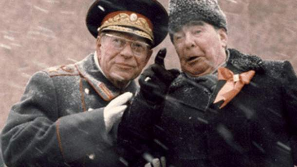 Брежнев и Устинов на трибуне Мавзолея Ленина 7 ноября 1982.