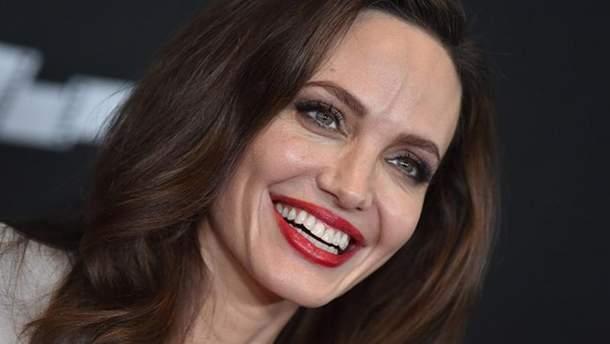 Танец Анджелины Джоли: видео