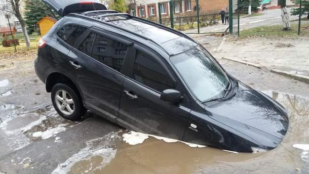 В спальном районе Сум автомобиль провалился в яму с водой