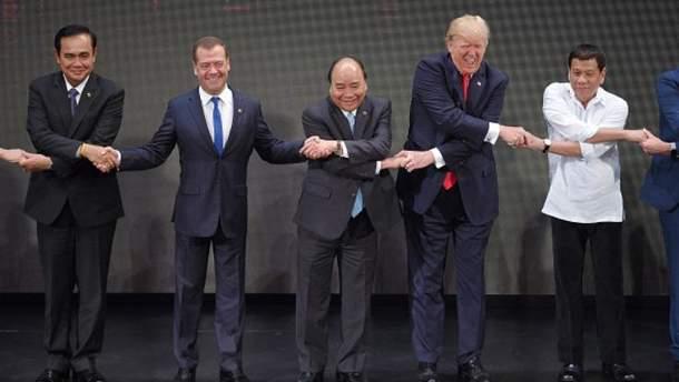 Медведев уже не впервые портит групповое фото