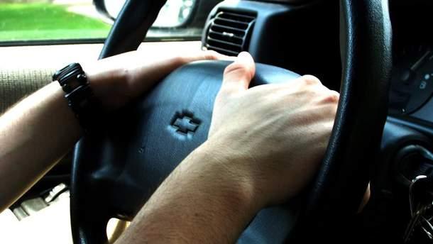 При зупинці поліцейським водій повинен буде покласти руки на кермо