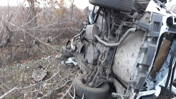 Автомобиль полиции, который взорвали боевики на Донбассе