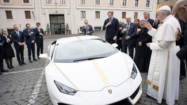 Папе Римскому подарили роскошный Lamborghini